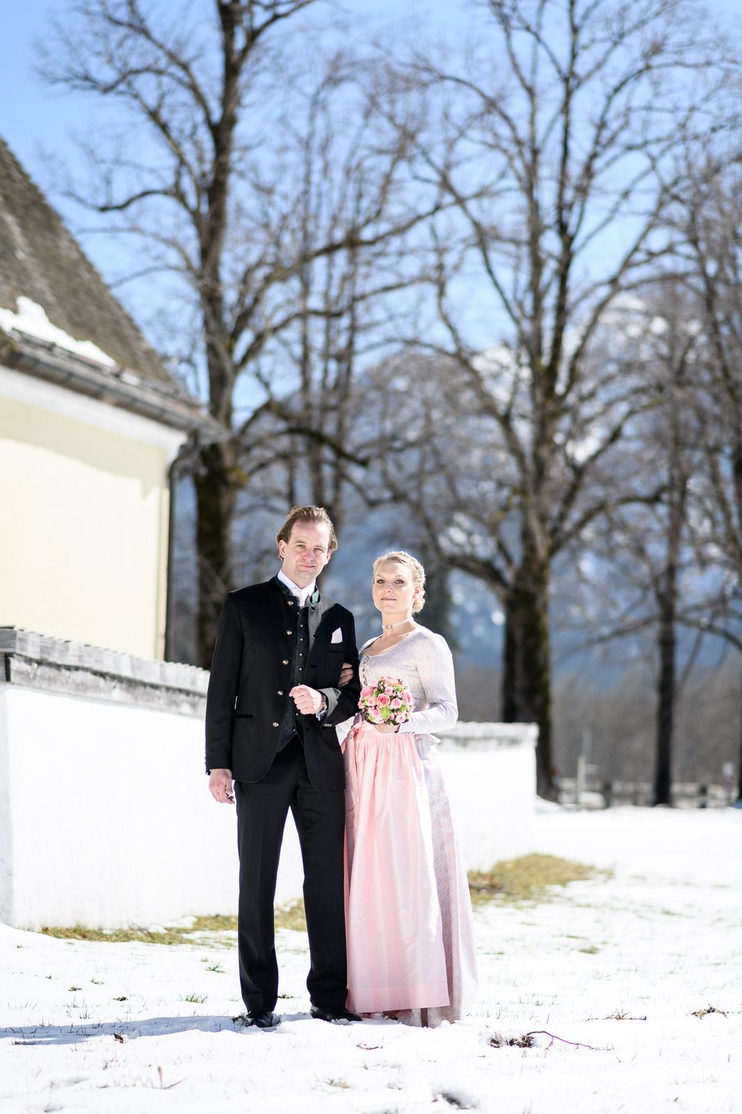 Hochzeit am Schliersee, Brautpaar vor Kirche